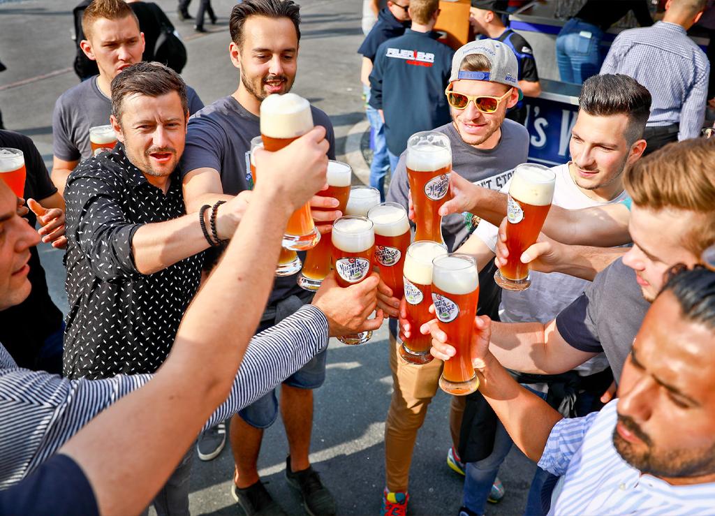 Gruppe von Männern stoßen mit Bier an